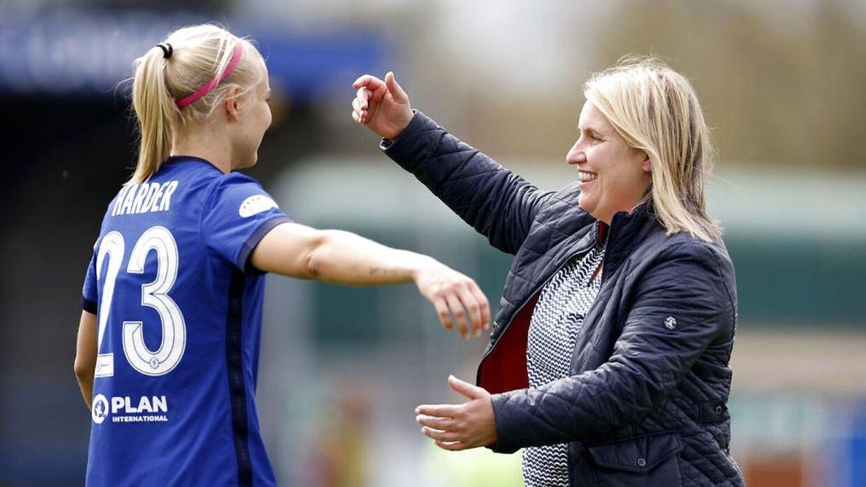 Pernille Harder og Chelsea-manager Emma Hayes.