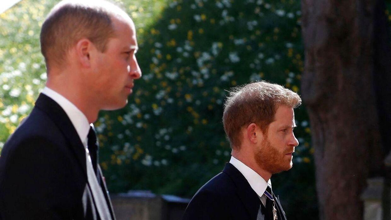 Harry kom hjem til sin farfars begravelse, men rejste tilbage til USA efter få dage.