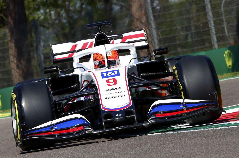 Russiske Mazepin i den meget russisk-lignende Haas-racer.