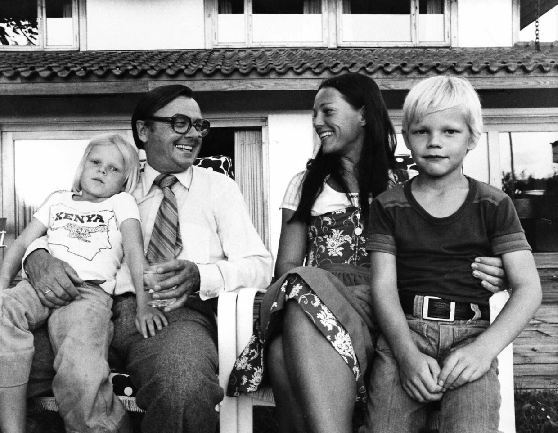 En af de lykkelige stunder. Katerina Pitzner på skødet af sin far Axel Pitzner og med moderen Marianne og broderen Mikkel.