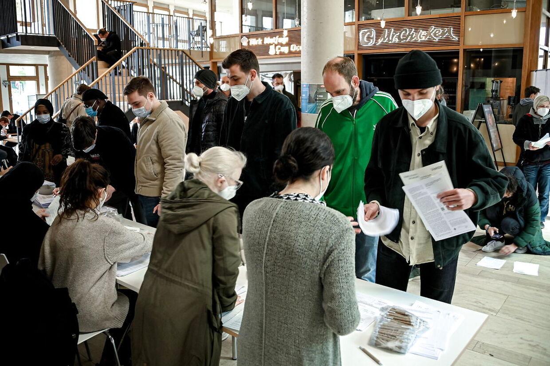 I Köln lægger byens stormoske lokaler til coronavaccination med AstraZeneca. Ligesom i Freburg var køerne kilometer lange ved åbningen. Foto: Scanpix/SASCHA STEINBACH.