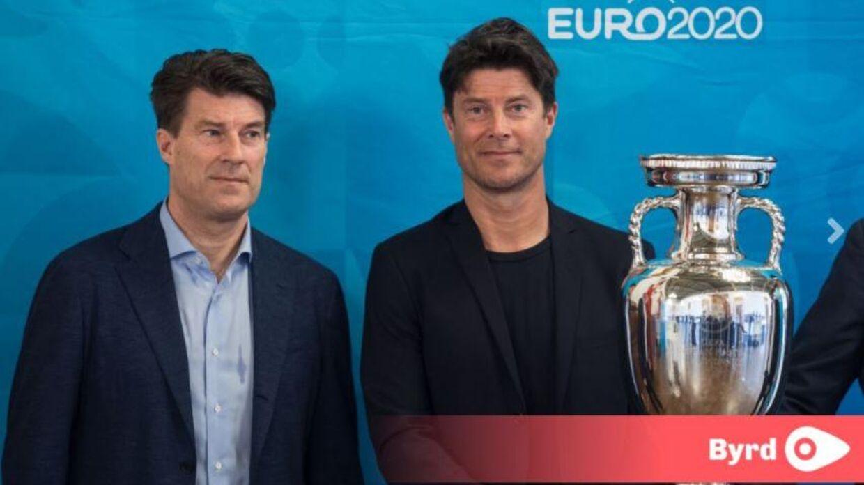 EM-trofæet er kommet til Danmark og blev budt velkommen af blandt andet Michael og Brian Laudrup. Foto: Kasper Løjtved.