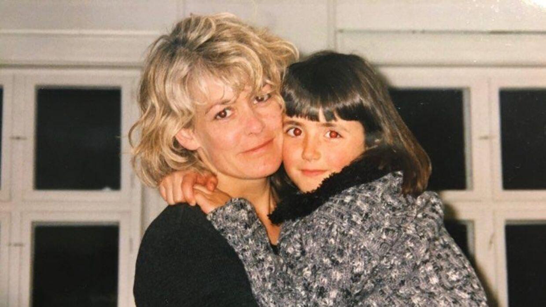 Hollie ses her som barn sammen med sin mor Birgitte. Foto: Privat.