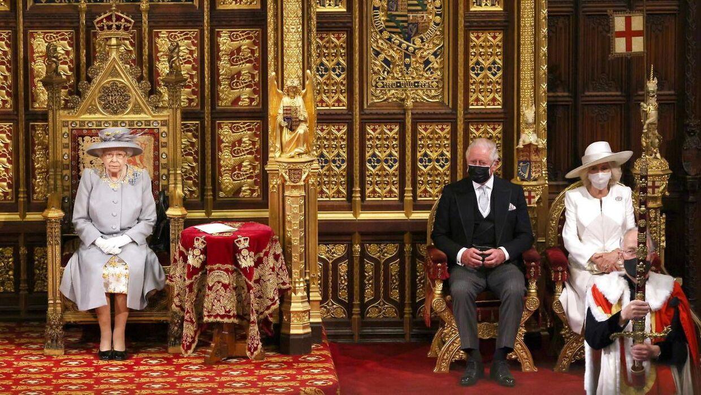 Dronning Elizabeths trone står alene efter prins Philips død - men hun har stadig sønnike prins Charles og dennes hustru, hertuginde Camilla, som ses til højre i billedet.