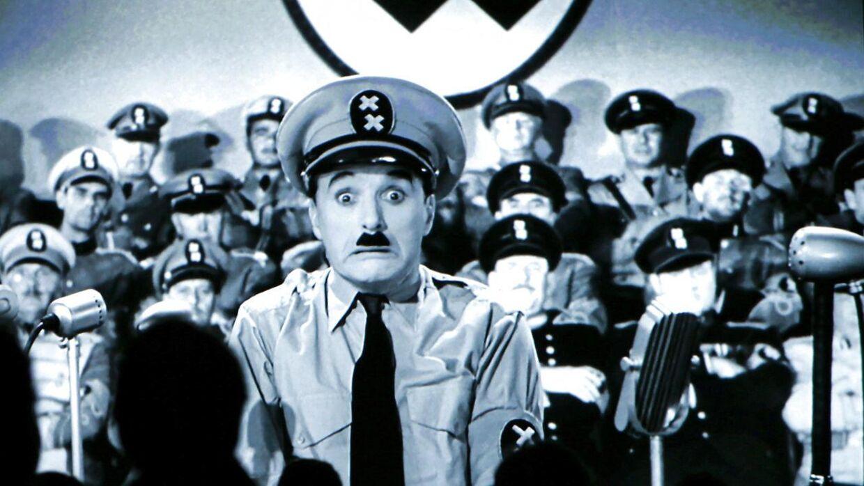 Publikum på det schweisiske Charlie Chaplin-museet i Sverige ser stumfilmen 'The Great Dictator' med Charlie Chaplin i hovedrollen