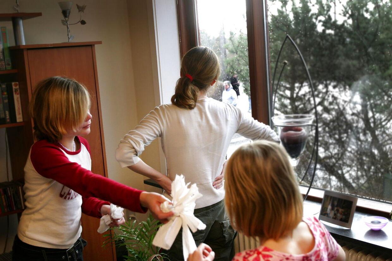 12-årige Elisabeth giver noget papir til sin 10-årige lillesøster, så hun kan tørre øjnene. Pigernes storesøster kigger ud ad vinduet, hvor deres mor, mormor og en socialrådgiver venter. De er kommet for at tvinge de to børn tilbage til Ærø, hvor de er flygtet fra deres mor.
