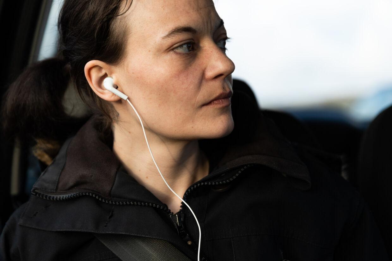 Når Elisabeth Hansen bliver mentalt presset, lukker hun sig inde i sig selv med høj technomusik i ørerne.