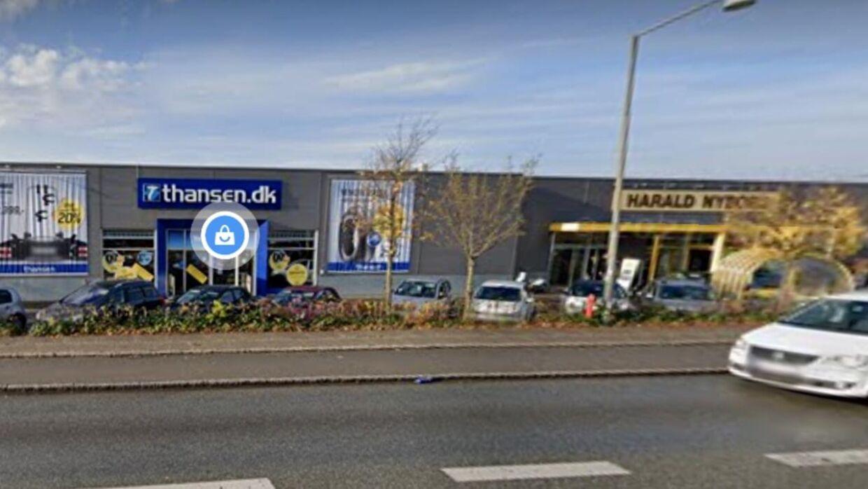 Det var her på parkeringspladsen i Søborg nord for København, at det ældre ægtepar ifølge tiltalen slog og truede den yngre kvinde. Foto: Google Maps