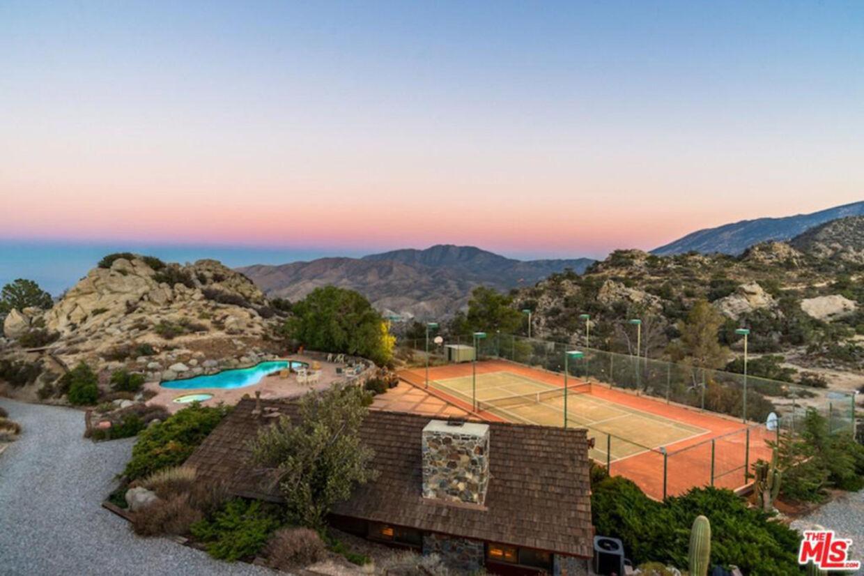 Den oplyste tennisbane gør det muligt at tage en kamp hele døgnet rundt. Foto: Realtor.com