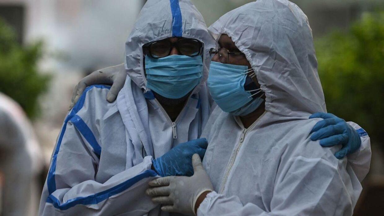 Pårørende ved en kremering af deres nærmeste i New Delhi, Indien. Den indiske variant af coronavirus er meget smitsom.