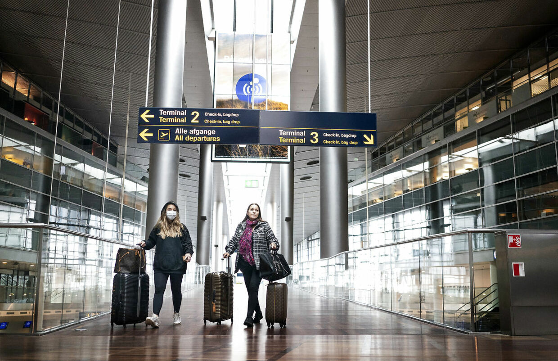 I Københavns Lufthavn er der langt mellem passagererne og anvendelsen af masker er blevet mere tydelig. Nu åbner man langsomt for, at flere danskere kan komme på udlandsture.