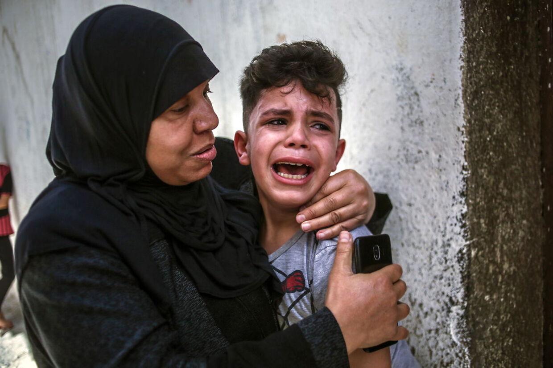 Lillebroren til en 15-årig palastnænser, der blev dræbt af en israelsk raket, græder.