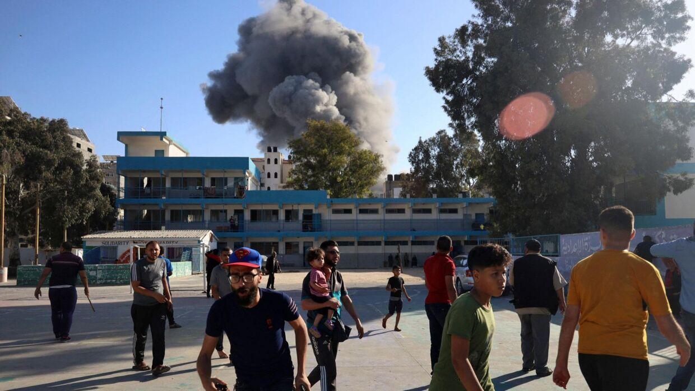 Palæstinensere, der har søgt tilflugt ved en af de skoler, der er drevet af FN, søger i ly under endnu et luftangreb fra israelsk side fredag.
