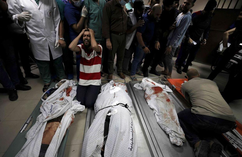 Familiemedlemmer sørger over tabet af de to mødre og deres otte børn, som omkom efter et bombeangreb i Gaza. (Foto: MAHMUD HAMS / AFP)
