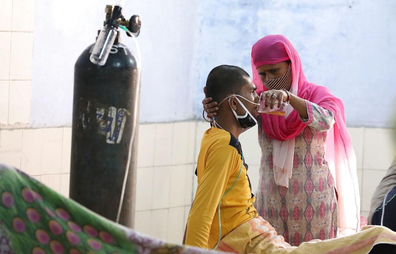 Coronasituationen i Indien er desperat, der er mangel på både sundhedspersonale, værnemidler, ilt og krematorier. EPA/HARISH TYAGI