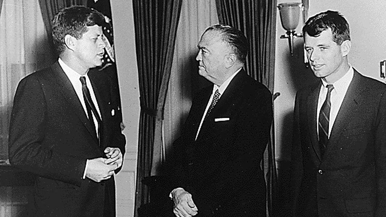 John F. Kennedy (tv.) og Robert F. Kennedy (th.) med FBI-direktør J. Edgar Hoover tilbage i 1968