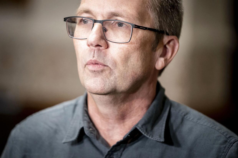 (ARKIV) Peder Hvelplund (EL) taler foran pressen efter at Enhedslisten og blå blok har givet sundheds- og ældreministeren en næse efter samråd på Christiansborg i København, torsdag den 3. december 2020. Sundhedsordførere skal diskutere en mulig forlængelse af de restriktioner, der løber til 3. januar. Nye restriktioner for nytårsaften kan også komme på tale. Det skriver Ritzau, tirsdag den 29. december 2020.. (Foto: Mads Claus Rasmussen/Ritzau Scanpix)
