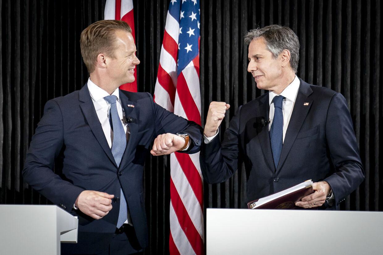 Udenrigsminister Jeppe Kofod og USAs udenrigsminister, Antony Blinken, lavede den coronasikre albuehilsen ved pressemødet i Eigtveds Pakhus mandag 17. maj 2021.