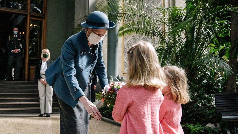 Selvom man – som dronning Margrethe – er færdigvaccineret, så skal man stadig bruge mundbind, når man handler ind, går på restaurant eller lignende.