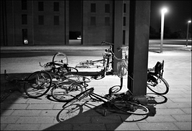 Mens det nu tiltalte par blev skygget af politiet, stjal de blandt andet parkerede cykler ved DR Byen Metrostation.