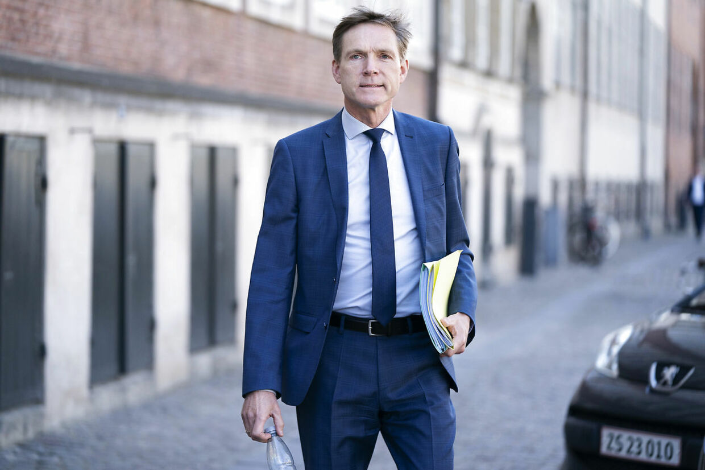 Her ankommer Dansk Folkepartis Kristian Thulesen Dahl. Folketingets partiledere ankommer til forhandlinger om den næste fase af genåbningen, som begynder 21. maj, i Justitsministeriet i København den 17. maj 2021.. (Foto: Claus Bech/Ritzau Scanpix)