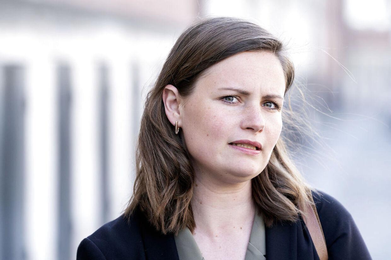 Her ankommer Enhedslistens Mai Villadsen. Folketingets partiledere ankommer til forhandlinger om den næste fase af genåbningen, som begynder 21. maj, i Justitsministeriet i København den 17. maj 2021.. (Foto: Claus Bech/Ritzau Scanpix)