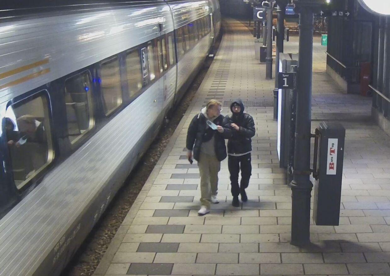 De to formodede gerningsmænd ses på stationen.