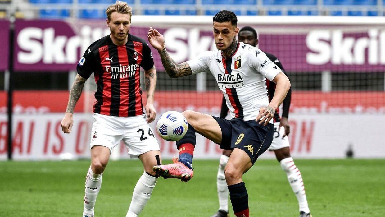 Genoas italienske angriber Gianluca Scamacca udfordrer AC Milan danske Simon Kjær.