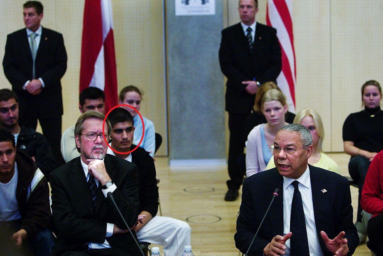 Rawand Taher med blikket rettet mod USA's daværende udenrigsminister, Colin Powell (th.)