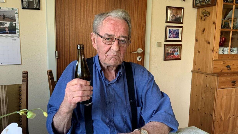 Erik Bøgh Christensen, nabo til det kommende udrejsecenter på Langeland, drikker gravøl ovenpå onsdagens nyheder om at cirka 130 udlændinge rykker ind i naboejendommen. Mange af dem med lange fængselsstraffe bag sig.