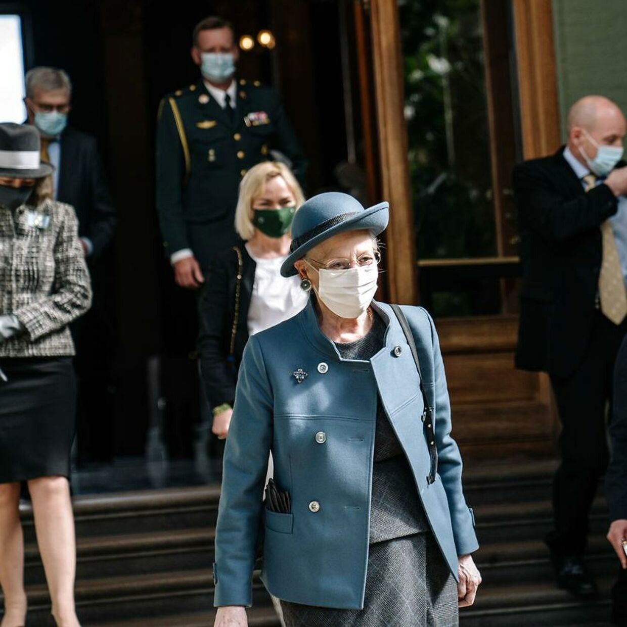 Dronning Margrethe iført mundbind under åbningen af udstillingen 'Auguste Rodin – Forskydninger' på Glyptoteket.