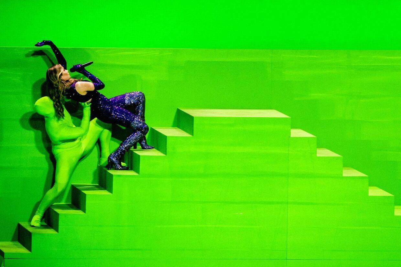 Her ses et billede af den græske sangerinde Stefania under en prøve til Eurovision sammen med de grøn- og hvidklædte dansere.