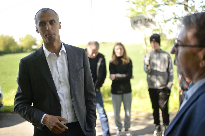 Mattias Tesfaye blev mødt af høje buhråb fra de over tusind fremmødte.