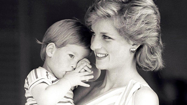 Prinsesse Diana og sønnen, prins Harry, afbilledet sammen under en ferie i Spanien i 1988. REUTERS/Hugh Peralta/File Photo
