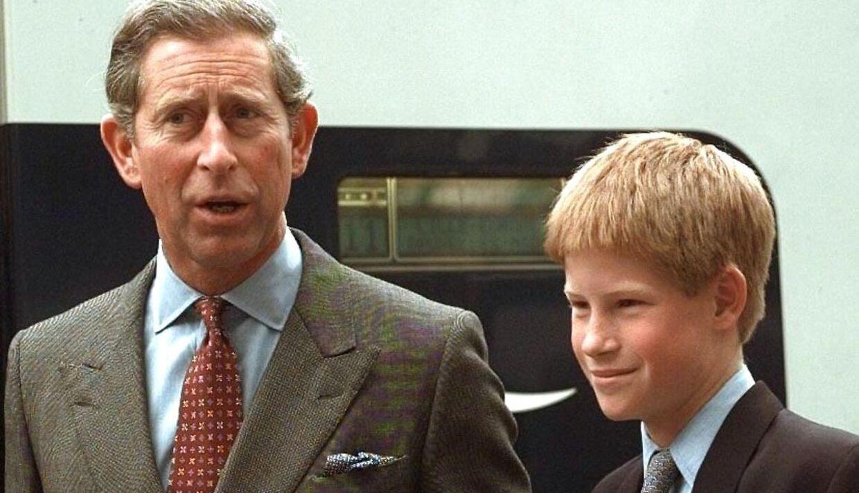 Arkivfoto af en ung prins Harry med sin far, prins Charles.