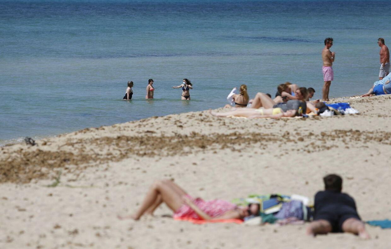 Det første danske charterfly i syv måneder flyver fredag til Mallorca, her ses en strand ved Palma.