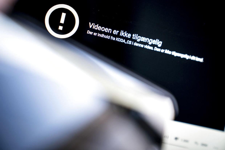 Meddelelse om, at video ikke er tilgængelig møder mange brugere ved afspilning af dansk musik på Youtube, fredag den 31. juli 2020. Hvis Koda og Google ikke lander en aftale om, hvordan danske kunsterne skal aflønnes, natten til lørdag, vil det ikke længere være muligt at lytte til dansk musik på Youtube. (Foto: Mads Claus Rasmussen/Ritzau Scanpix)