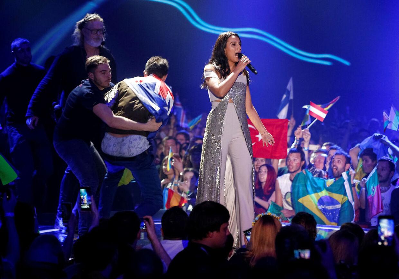 Jamala blev afbrudt af en fan for to år siden under Eurovision-finalen i Ukraine.