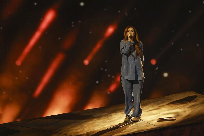 Her ses billedet ligge ved siden af Victoria på scenen.