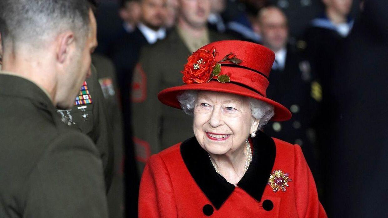 Her ses Dronning Elizabeth i sin fine røde frakke med sin endnu finere og betydningsfulde broche.