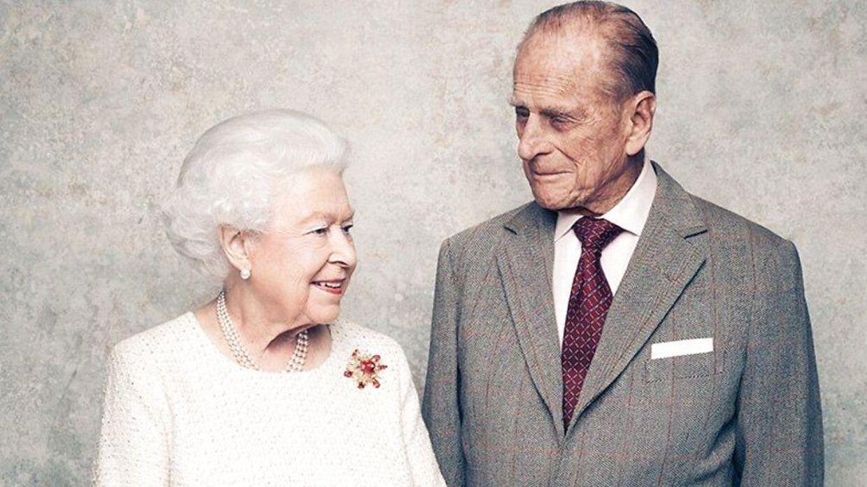 Her ses Dronning Elizabeth og Prins Philip til deres 70-års bryllupsdag, hvor dronningen ligeledes bærer brochen.