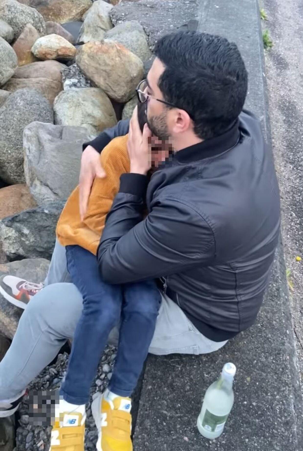 Mahran Hamdi forsøgte under konfrontationen af trøste sine to børn. Kort efter kom to mænd, der var på deres både i havnen, til for at hjælpe med at aflede børnenes opmærksomhed.