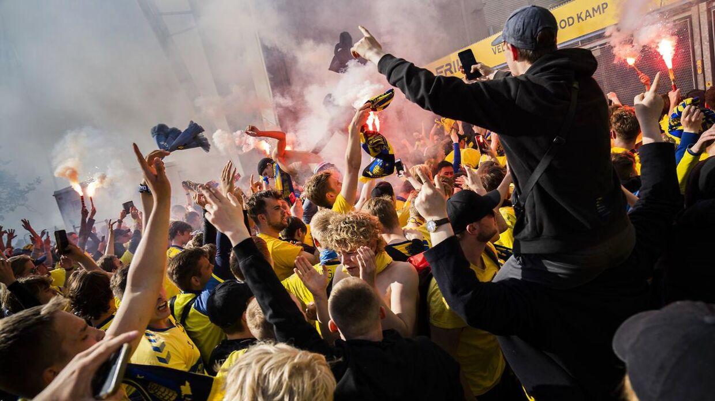 Brøndby-fans ude foran stadion mandag.