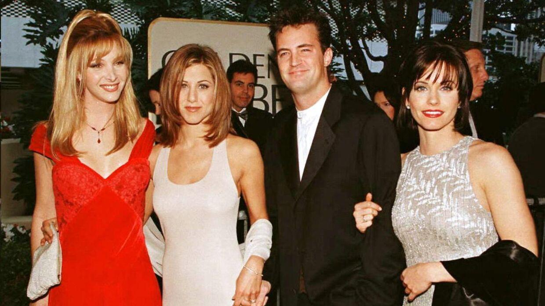 Arkivfoto fra tv-seriens storhedstid. Her ses Matthew Perry med de tre kvindelige hovedpersoner, Lisa Kudrow, Jennifer Aniston og Courtney Cox.