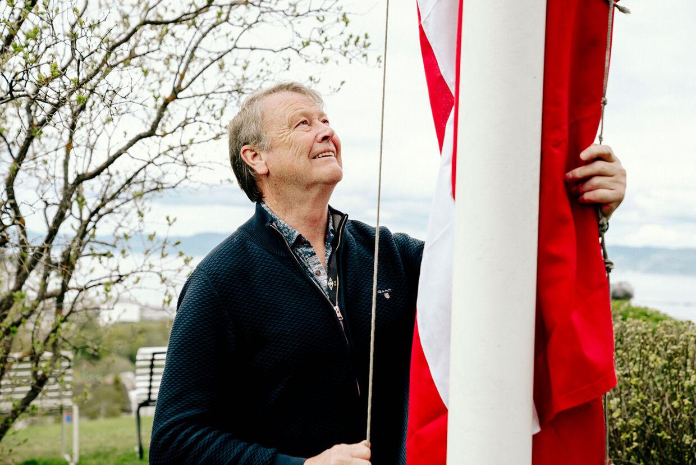 Tidligere landstræner Åge Hareide flager for Danmark.