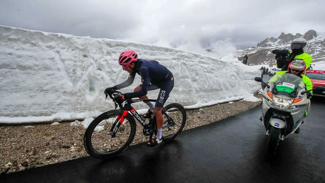 Overall leader Team Ineos rider Colombia's Egan Bernal rides in the final ascent during the 16th stage of the Giro d'Italia 2021 cycling race, 153km between Sacile and Cortina d'Ampezzo on May 24, 2021. (Photo by Luca Bettini / AFP)