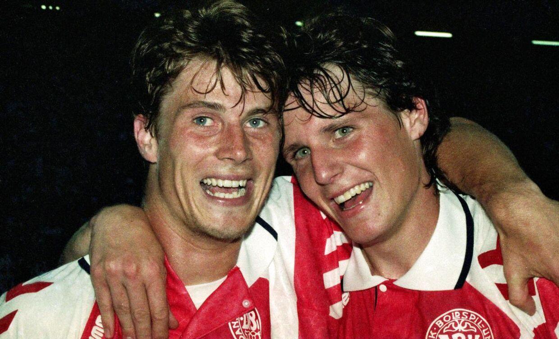 EM-heltene Brian Laudrup og Flemming Poulsen efter finalesejren over Tyskland 26. juni 1992.