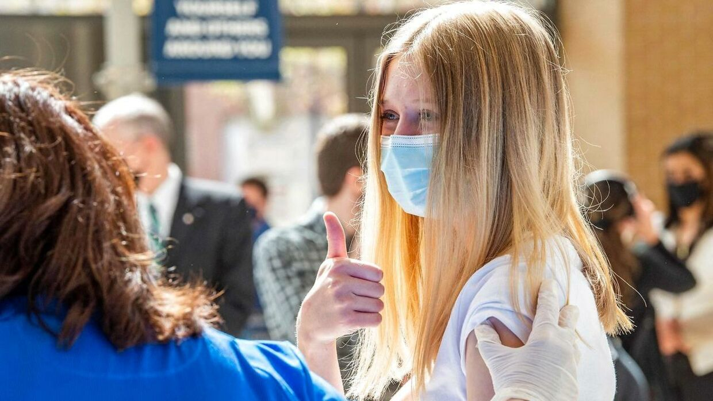 14-årige Sadie Sindland vaccineres i Connecticut, USA, i maj i år, efter Pfizers vaccine er blevet godkendt af den amerikanske lægemiddelstyrelse til børn ned til 12 år.