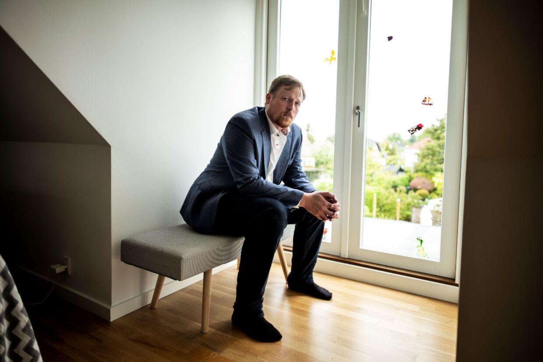 Rasmus Kristensen og hans hustru måtte efter at være flyttet tilbage til huset flytte ud af deres soveværelse på første sal i flere måneder på grund af en fejlkonstruktion i taget, der ledte vand direkte ind i soveværelset. Vægge og gulv blev ødelagt.