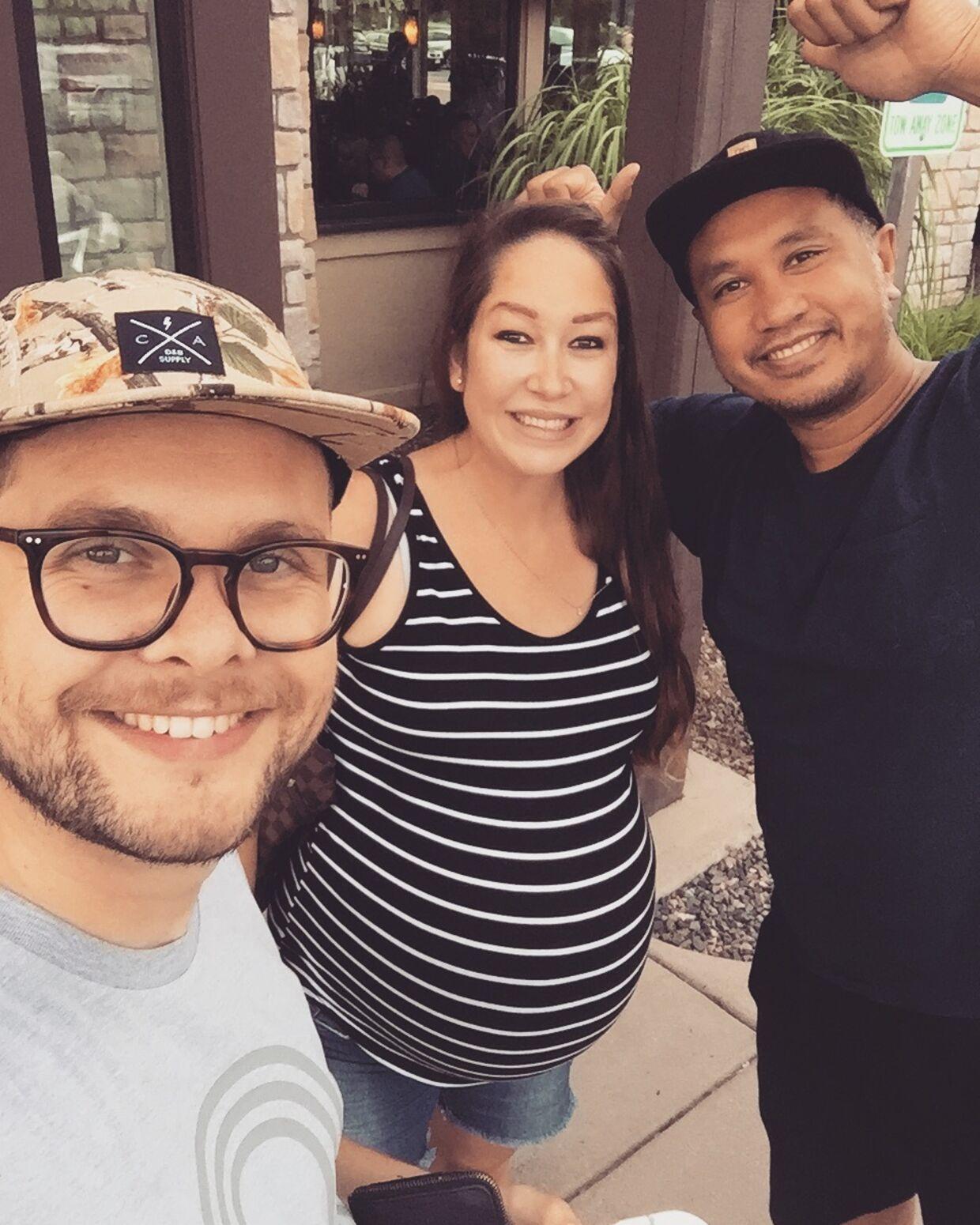 Kaspar og Lambang med deres 'carrier' Lindsay i juli 2018. Her er der 11 dage til, at Java og Atlas kommer til verden.